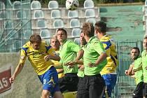 Mostecký stoper Jan Charuza odvrací hlavou jeden z centrů Zlína, který Most porazil 2:0.