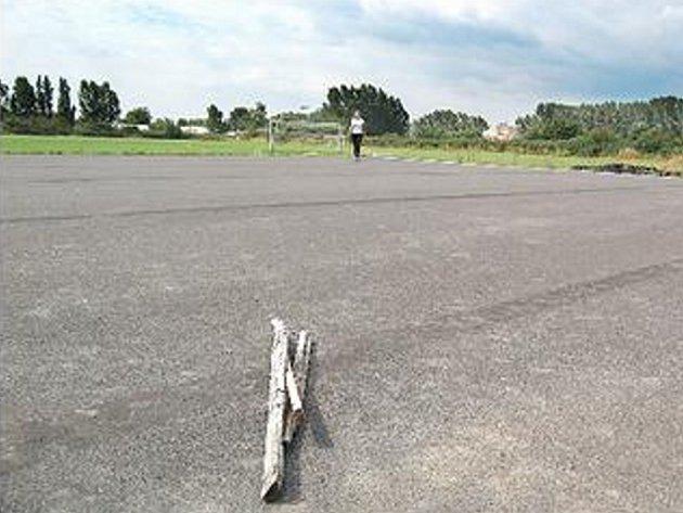 JEN ASFALT. Tři prkna jsou jedinými překážkami v novém skateparku.