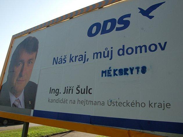 Poničený billboard ODS s posměšným textem.
