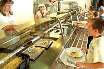 Školáci si jdou pro oběd v nové kuchyni.