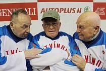 Jaromír Hudec (uprostřed) se spoluhráči Mračkem (vlevo) a Kýhosem nejstarším.