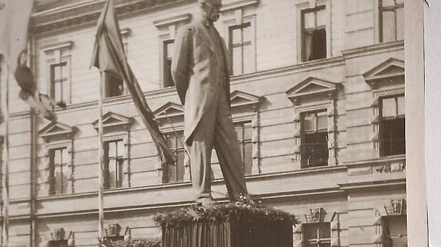 Jeho socha v Mostě byla ůdajně nejlepší ze všech. V prosinci 1989 se její trosky našly v bělušické věznici.