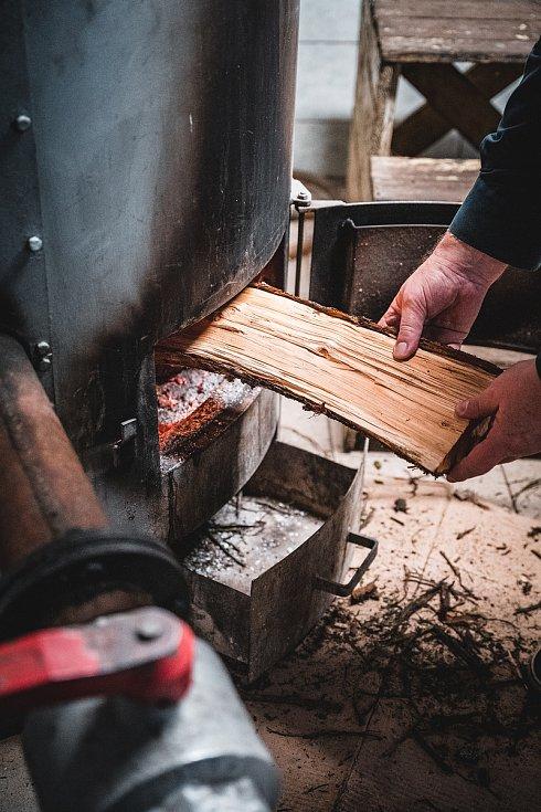 Jiří Syrovátka vyrábí v malém lihovaru v Chrámcích u Mostu pivní pálenku.