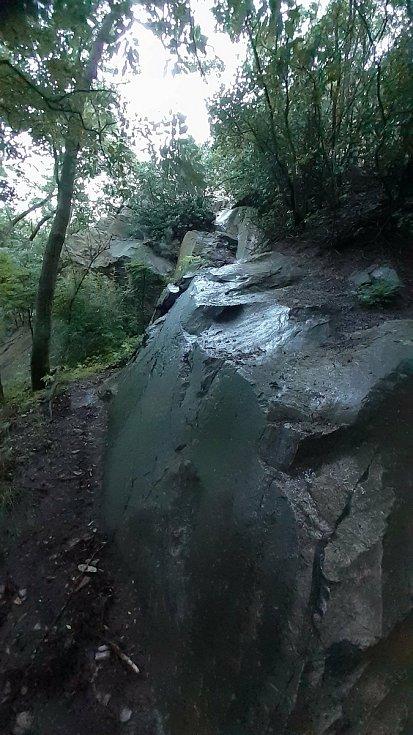 Skála pod jeskyní na vrchu Hněvín v Mostě.