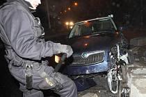 Policisté z mostecké hlídkové služby hlídají  havarované vozidlo na kruhovém objezdu