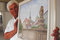 Jaroslav Řeháček se svým obrazem starého Mostu.