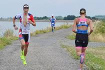 Jakub Langhammer na trati. Za ním triatlonista Petr Vabroušek.