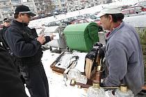 Strážníci kontrolují nepořádek v Litvínově na sídlišti Janov.