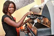 Agnes Laure ve své kavárně.