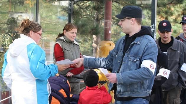 Členové Dělnické strany rozdávali místním své letáky.