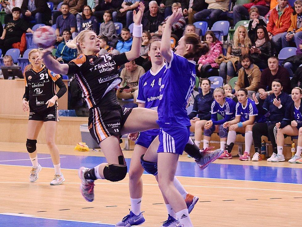 Mostecká Markéta Jeřábková (v černém) v zápase s Veselí nad Moravou.