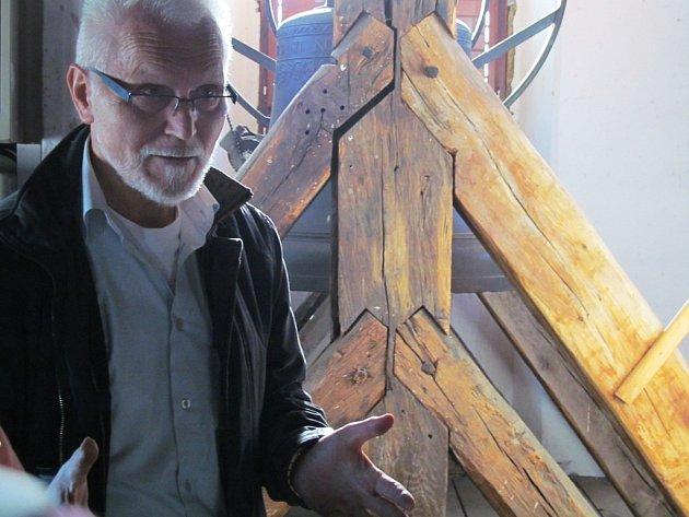 Architekt František Koňařík ukázal zájemcům věž litvínovského kostela.