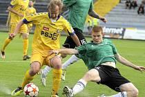 Mostečtí fotbalisté (v zeleném Lukáš Schut) padli v Jihlavě jasně 0:3.