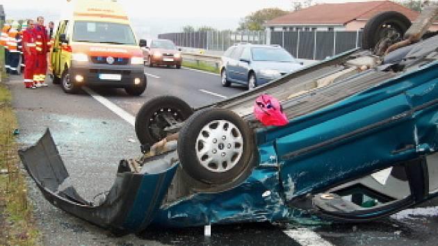 Modrý osobní vůz se převrátil na střechu u Českých Zlatníků na Mostecku.