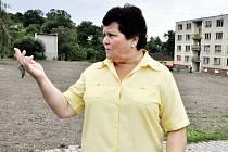Starostka Bečova Jitka Sadovská před prostranstvím, na kterém stál ještě před pár týdny panelový dům. V Bečově už zbourali tři.
