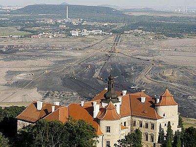 Pohled na část lomu ČSA a zámek Jezeří.