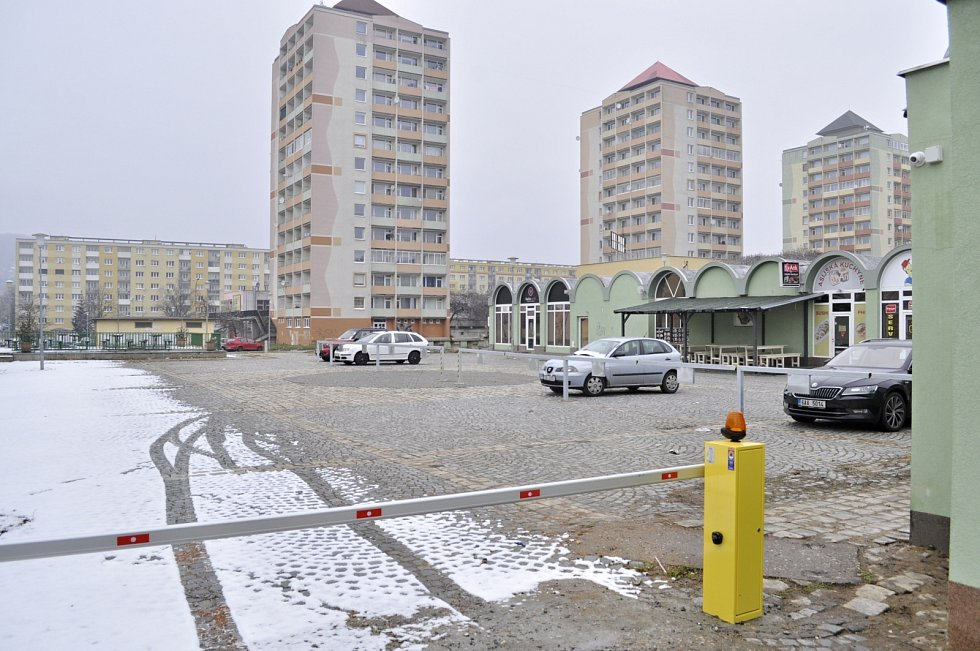 Tržnice u mosteckého kina Kosmos ve středu 10. března. Centrální část areálu je od února parkovištěm, kamenné obchůdky zůstaly. Trhovci mají koutek na okraji.