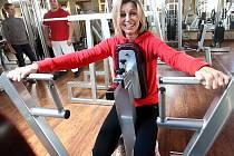 Pravidelně do mostecké posilovny sportovního a relaxačního centra Fitness Tornado sport se širokou nabídkou služeb chodí také Kateřina Kneblová.