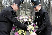 Pokládání věnců u pomníku obětem důlního neštěstí.