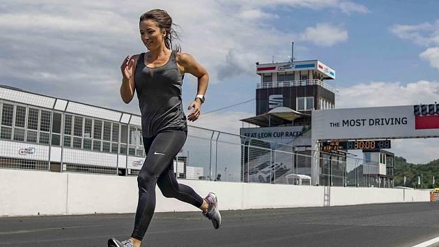 Nikoli silné motory, ale lidské svaly budou v sobotu pohánět závodníky na mosteckém autodromu. Vůbec poprvé se tam totiž koná běžecký půlmaraton.