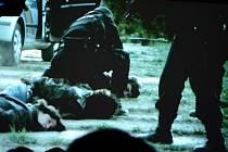 Protidrogové policejní komando zadržuje dealery drog. Záběr je z filmu, který se promítal mostecké mládeži v tzv. protidrogovém vlaku v rámci prevence. Multimediální mobilní expozice byla na nádraží týden.