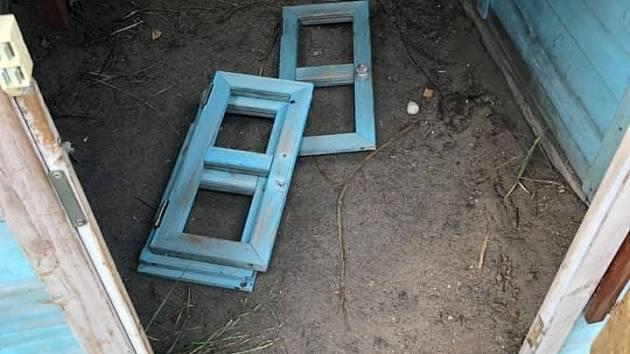 Poničený domeček na dětském hřišti v Louce.