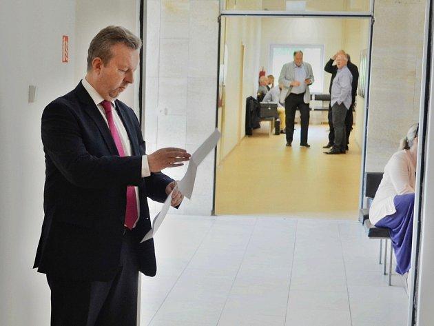 Ministr Richard Brabec (ANO) byl jako svědek u soudu v Mostě