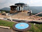Takto se na Klínech v roce 2012 stavěla nová sedačková lanovka