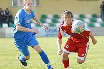 Fotbalisté Souše (v modrém Petr Linka) uhráli remízu 2:2 na trávě Proboštova.