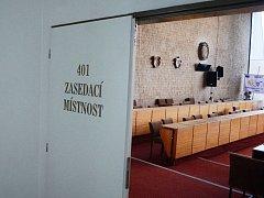 Prázdný jednací sál mosteckého zastupitelstva