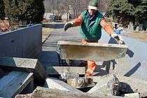 Technické služby odstraňují hroby z mosteckého hřbitova.