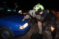 Muž ujížděl policii a havaroval.