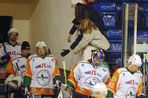 Mladí fandové se zdraví s mosteckými hokejisty před další třeitnou.