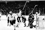 Poznáte bývalého litvínovského hokejistu, který se na našem snímku právě raduje ze vstřelené branky?