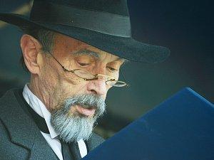 Jiří Domkář jako T.G.M. hovoří k davu u kostela v Mostě při oslavě 100 let republiky.