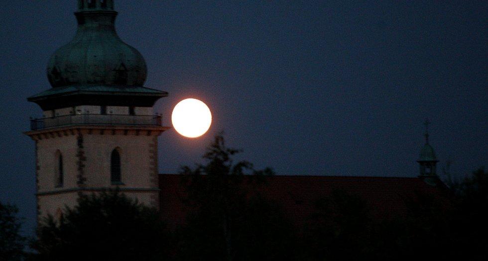 Měsíc v úplňku nad věží přesunutého kostela