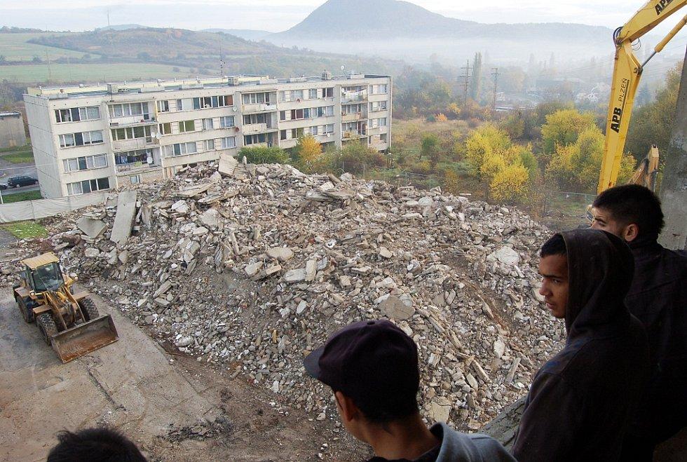 Demolice paneláku číslo 12 v Chánově v roce 2013