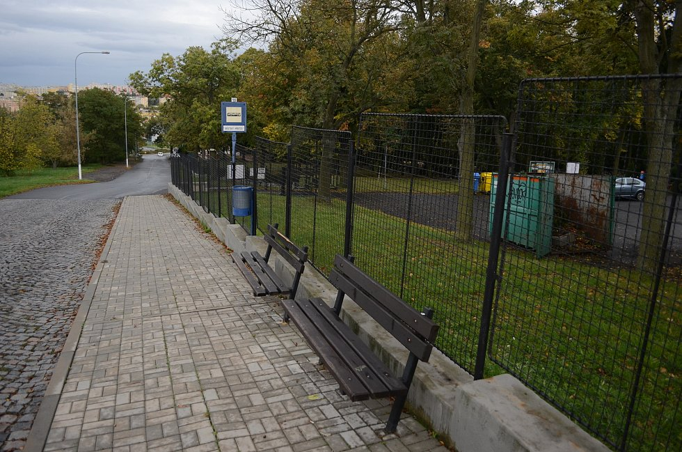 Zastávka bez stříšky u hřbitova v Mostě.