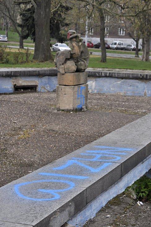 V mosteckém parku Střed se objevily nápisy propagující nacismus.