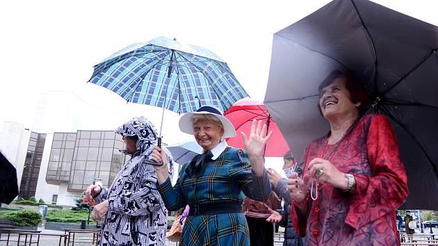 Pršelo jako z konve, ale dámy z litvínovského klubu seniorů neváhaly. V sobotu 26. září přijely na náměstí do Mostu a na podiu udělaly módní přehlídku.