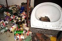 V bytě se všude povalují konzervy od kočičího žrádla.