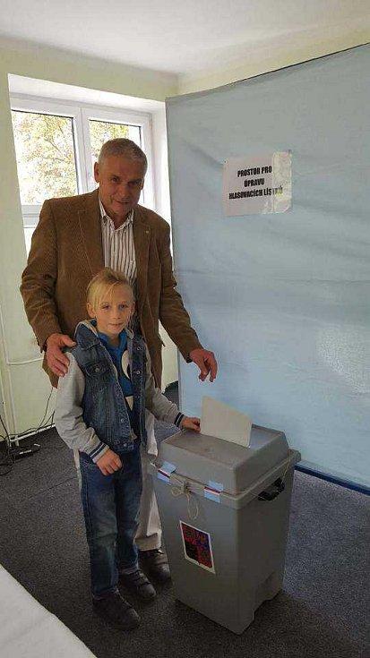 Místostarostu Litvínova Milana Šťovíčka doprovázel u voleb syn Martin.