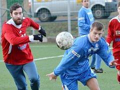 Fotbalisty Souše (v modrém) čeká v nové sezoně divizní derby s nováčkem z Litvínova.