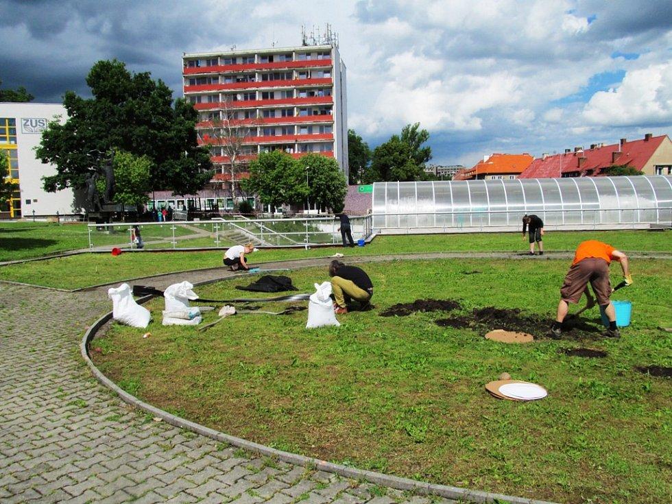 Spolek MY Litvínov rozjel proměnu parku na střeše Billy.