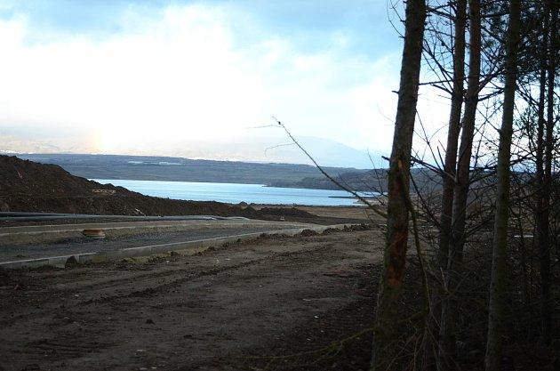 Jezero Most je stále zavřené, ale krajina se staveništi láká kprocházkám
