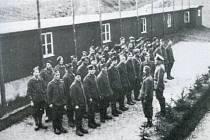 Francouzští zajatci z Arbeitskommanda 10 při nástupu v Hoře Svaté Kateřiny.