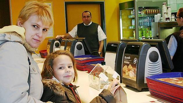 Restauraci nabízející rychlé občerstvení, především hamburgery si oblíbila řada lidí z Mostecka. První restauraci v České republice otevřela společnost McDonald's 20. března 1992 v Praze ve Vodičkově ulici.