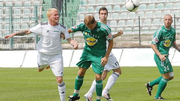 Mostečtí fotbalisté (v bílém) nestačili na Bohemians 1905.