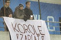 Transparent fanoušků, kteří v roce 2013 kritizovali šéfa HC Most Valerie Korola.