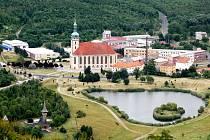 Děkanský kostel na současném místě. Pohled z hradu Hněvín.